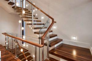 Cầu thang kính trụ inox tay vịn gỗ